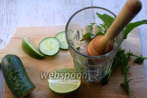Мадлером тщательно разминаем содержимое стакана, чтобы огурец, мята и лайм хорошенько дали сок.
