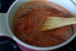 Выкладываем в глубокую антипригарную  сковороду с толстым дном соус и нарезанные помидоры,  доводим до кипения и затем увариваем на медленном огне до густоты, вливаем масло и уксус, добавляем соль и сахар, варим ещё 2 минуты.