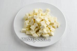 Брынзу (150 г) нарезать мелко кубиком.
