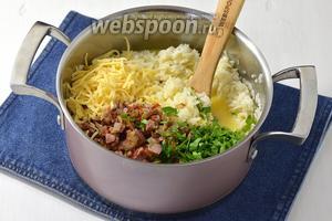 Соединить рис, яичную смесь, 100 г натёртого сыра, нарезанную петрушку (3 веточки).