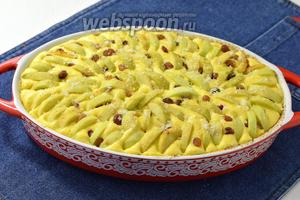 Яблоки (3-4 шт.) очистить от серцевины и кожуры, нарезать дольками и разложить сверху, слегка вдавливая их в тесто.