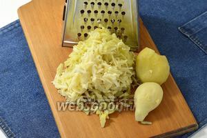 Картофель (5 штук) натереть на крупной тёрке.