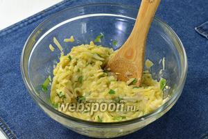 Соединить картофельную и яичную смесь.