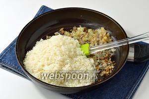 Лук очистить, порезать мелким кубиком (100 г) и обжарить на 2 ст. л. подсолнечного масла. Рис (5 ст. л.) отварить до готовности и выложить в поджаренный лук. Приправить по вкусу солью и перцем.