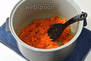 1 луковицу и 1 морковь почистить. Лук порезать мелкими кубиками, морковь натереть на крупной тёрке. Мультиварку (у меня мультиварка Polaris) включить на режим «Выпечка». В чашу мультиварки отправить подсолнечное масло (2 ст. л.), лук, морковь и жарить, помешивая, 5 минут.