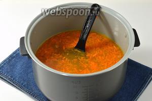 Добавить в чашу кипящий бульон, очищенный целый картофель (6 штук). Мультварку переключить на режим «Суп» и готовить 20-25 минут до готовности картофеля.