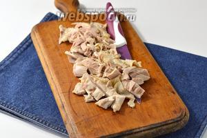 Мясо (400 г) очистить с костей и порезать мелкими кусочками.
