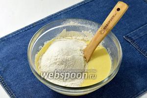 Вмешать просеянную с содой (1 ч. л.) муку (2,5 стакана). Добавляйте муку постепенно, замешивая мягкое тесто. Тесто должно получиться как нежный мягкий пластилин. Собрать тесто в шар, накрыть полотенцем и оставить на 30 минут в тёплом месте.