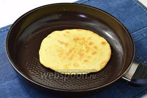 Жарить лепёшки на сковороде до золотистого цвета с обеих сторон. Лепёшки по вашему желанию можно жарить как на сухой, так и на смазанной растительным маслом сковороде.