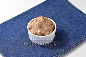 Крем из сливочного масла, сгущённого молока и какао готов. Используйте крем в работе сразу после приготовления, так как постояв в холодильнике, он сделается достаточно плотным и с ним станет трудно работать. Тогда вам придётся опять довести крем до комнатной температуры, чтобы легко с ним работать.