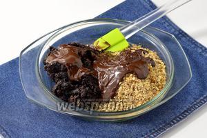 Соединить подготовленные орехи, чернослив, шоколад. Перемешать.