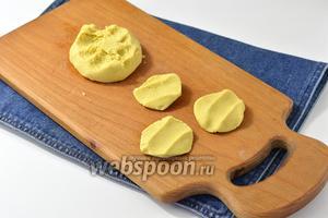 Отщипывать от теста небольшие кусочки и лепить плоские хинкалины. Тесто следует прижимать между ладонями, чтобы на них появились чёткие отпечатки 2-3 пальцев.