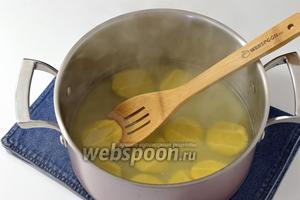 Закинуть хинкалины в кипящую подсоленную воду и готовить 5-7 минут. Вынуть шумовкой.