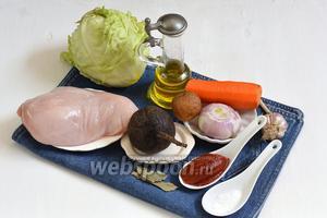 Для работы нам понадобится картофель, свёкла, морковь, лук, куриное филе, чеснок, подсолнечное масло, соль, лавровый лист, вода.