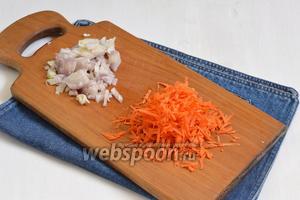 1 луковицу и 1 морковь очистить. Лук порезать кубиками, а морковь натереть на крупной тёрке.