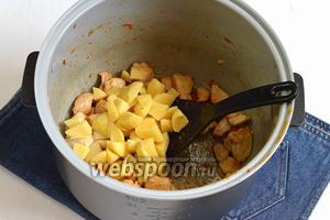 Выложить в чашу к филе очищенный и порезанный небольшими кусочками картофель (4 штуки) и кипящую воду (2 литра, воду можно добавить и холодную, но тогда борщ будет готовиться дольше). Переключить мультиварку на режим «Суп» и готовить 15 минут.