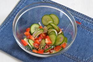 Соединить перец, лук и огурцы и приправить солью (1 г). Перемешать.