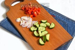 Перец, огурцы, помидоры, салат вымыть и высушить. 1 огурец порезать крупными кусочками, 0,5 перца очистить от семян и порезать кубиками. 0,5 лука почистить и порезать полукольцами.