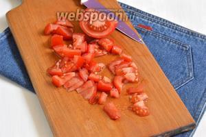1 помидор порезать кубиками.