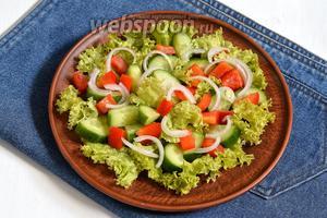Сверху разложить овощи и посыпать солью (1 г).