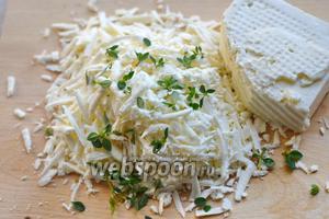 Натираем на крупной тёрке 70 г брынзы. Смешиваем сыр с листиками тимьяна (5 веточек).