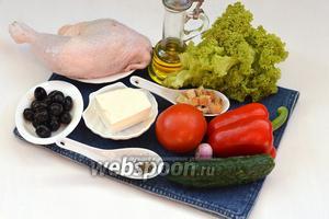 Для приготовления классического греческого салата с сухариками нам понадобится куриный окорочок, огурцы, помидоры, сладкий перец, Фетакса, маслины, сухарики, зелёный салат, фиолетовый лук, оливковое масло, соль, смесь прованских трав.