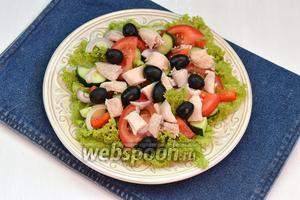 Разложить кусочки курицы и маслины (70 г) между овощами.