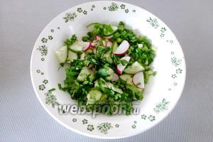Смешаем овощи и зелень в миске.