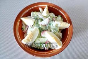 1 варёное яйцо нарежем на дольки и разложим сверху салата. Витаминный салат из редиса и огурцов с яйцом готов.