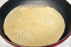 Жарим блины на сильно разогретой сковороде.