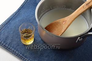 В охлаждённый молочный сироп ввести 2 ст. л. коньяка (это делается по желанию, но рекомендуется, если вы готовите изделия в жаркий период года).
