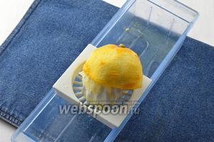 0,5 лимона вымыть, вытереть насухо. Снять с помощью тёрки цедру и выжать из лимона сок.