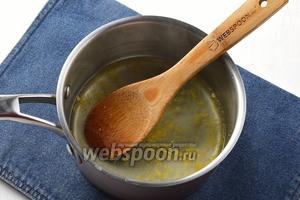 В кастрюльке соединить воду (250 мл) и сахар (3 ст. л.). Довести до кипения и проварить 4-5 минут. В горячий сироп добавить лимонный сок и натёртую цедру. Закрыть крышкой и оставить до полного остывания. Процедить.