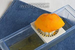 Выжать из апельсина сок.