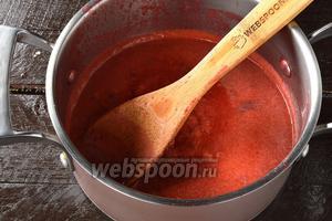 Соединить отвар и выжатый сок, сахар (6 ст. л.). Довести до кипения и проварить 5 минут. Остудить.