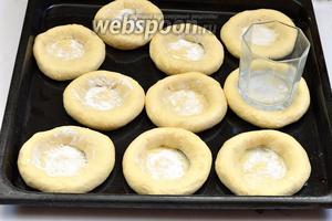 Форму смазать подсолнечным маслом (3 ст. л.). Выложить кусочки теста в форму и сформировать заготовки для ватрушек.