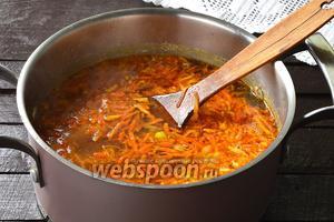 В кастрюлю выложить зажарку из лука и моркови, промытый рис. Готовить 5 минут. Добавить 2 лавровых листа, перец (3 горошины), приправить по вкусу солью. Варить до готовности риса.