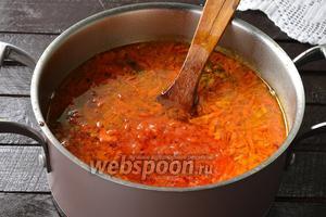Добавить обжаренные помидоры. Варить ещё 2-3 минуты.