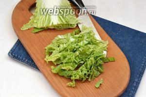 Пекинскую капусту (150 г) вымыть и нашинковать, но не мелко.