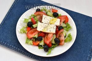 Сверху выложить куски Фетаксы (100 г). Приправить прованскими травами (1 щепотка) и сбрызнуть оливковым маслом (3 ст. л.). Греческий салат с пекинской капустой готов.
