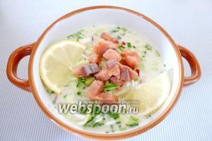 В тарелку кладём кусочки копченой рыбы (100 г) и дольки лимона. Окрошка с копчёной горбушей готова. Подаём к столу и едим с удовольствием!