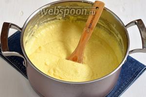 Влить в массу молочно-пудинговую смесь и сразу хорошо перемешать. Довести до кипения, помешивая, и снять с огня.