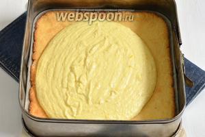 Белый корж поместить в форму с бортиками. На него выложить 1/2 часть горячего творожного крема. На крем выложить шоколадный корж. На него — остальной творожный крем.