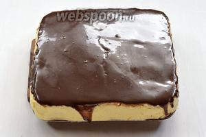 Бока формы снять. Пляцок залить сверху шоколадной глазурью из сгущёнки.