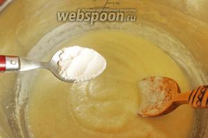 В сваренную кашу (пудинг) всыпаем разрыхлитель (10 г или 1 чайную ложку без горки, можно и меньше).