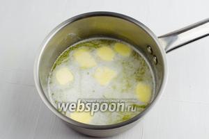 В воду (200 мл) выложить кусочки сливочного масла (100 г) и соль (1 щепотку). Довести до кипения на среднем огне.