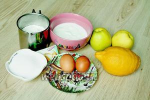 Для приготовления маффинов нам потребуются мука, яйца, греческий йогурт, разрыхлитель, лимон, яблоки и сахар. Сахар можно заменить фруктозой, либо тростниковым сахаром.