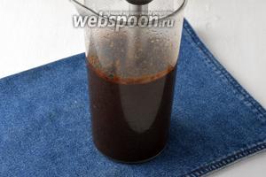 Переложить чернослив и часть жидкости в чашу блендера и измельчить. Вернуть черносливововое пюре в кастрюлю и добавить сахар (4 ст. л.).