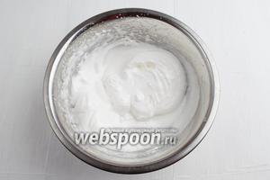 Яичные белки (2 шт.) взбить с 1 щепоткой соли. Добавить сахар (50 г) и продолжить взбивать до мягких пиков.