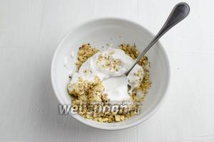 К рубленым орешкам добавить взбитые белки. Аккуратно перемешать.